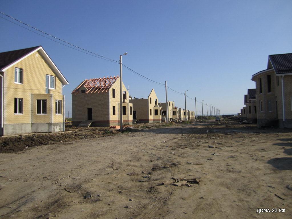 Общий вид улицы Адмиралтейской, Дома по 100 и 120 м2 с земельными участками по 4 и 6 соток.